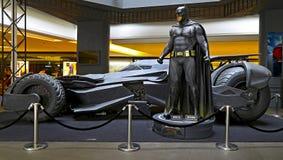 Batman con batmobile fotos de archivo