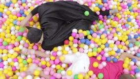 Batman i faceta czołganie w basenie z piłkami zdjęcie wideo
