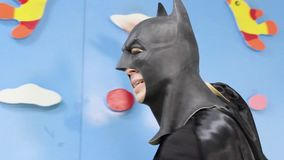 Batman is op de speelplaats en het dansen stock footage