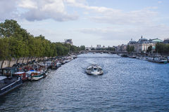 Batobus y casas flotantes en el Sena en París Imagen de archivo