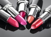 Batom Composição e beleza profissionais O batom matiza o close up da paleta Batons coloridos sobre o preto Imagem de Stock Royalty Free