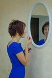 Batom da mulher perto do espelho Imagens de Stock Royalty Free