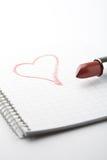 Batom e coração no bloco de notas. Fotografia de Stock