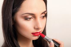 Batom vermelho Close up da cara da mulher com Matte Lipstick On Full Lips vermelho brilhante Cosméticos da beleza, conceito da co foto de stock royalty free