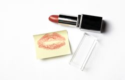 Batom vermelho e nota amarela da etiqueta com beijo Imagem de Stock Royalty Free