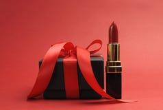 Batom vermelho luxuoso bonito com presente da caixa negra Fotografia de Stock Royalty Free