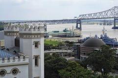 Baton Rouge LAstrand med den gamla statliga Kapitolium Arkivbild