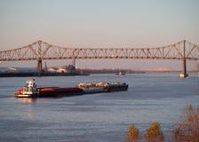 BATON ROUGE, LOS E.E.U.U. - 2015: Un puente que se une a Baton Rouge y el puerto Allen Fotografía de archivo libre de regalías