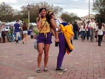 BATON ROUGE, LOUISIANA - 2014: Dois fãs guardam as mãos e o sorriso durante um jogo de LSU fotos de stock