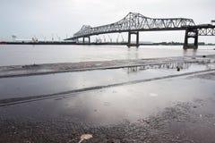 BATON ROUGE USA - 2015: En bro som sammanfogar Baton Rouge och port Allen Arkivfoto