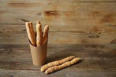 batons de pain avec le sésame en carton et deux batons de pain sur une table en bois avec l'espace de copie pour le texte image stock