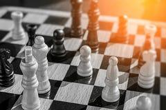 Battaglia di scacchi in alta foto di concetto di definizione con barlume di uff Fotografie Stock Libere da Diritti