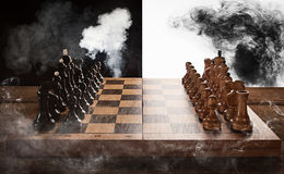 Battaglia di scacchi in bianco e nero Fotografia Stock Libera da Diritti