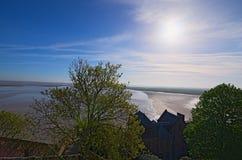 Battaglia fra acqua e terra Alta marea vicino all'abbazia antica di Mont Saint-Michel Vista dalle pareti di Mont Saint-Michel Immagini Stock Libere da Diritti
