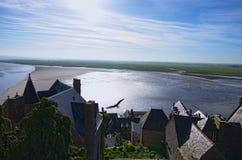 Battaglia fra acqua e terra Alta marea vicino all'abbazia antica di Mont Saint-Michel Vista dalle pareti di Mont Saint-Michel Fotografia Stock Libera da Diritti