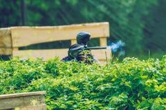 Battaglia, giocatori e pistole del gioco di paintball La Lettonia, Cesis 2012 fotografia stock