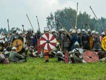 Battaglie d'imitazione degli slavi antichi durante il festival dei club storici nella regione di Kaluga di Russia immagine stock libera da diritti