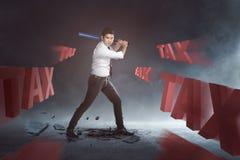 Batte de baseball de oscillation d'homme d'affaires asiatique bel pour imposer le texte images libres de droits