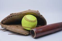 Batte en bois, gant en cuir et base-ball photo libre de droits