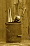 Batte, gant, et boule en bois de base-ball de vintage (de sépia) dans le seau Photo libre de droits