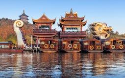 Battelli da diporto di legno cinesi, città del lago ad ovest, Hangzhou Fotografia Stock
