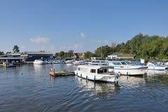 Battelli da diporto sul centro Yare del fiume per turismo sulla Norfolk Broads Immagini Stock Libere da Diritti