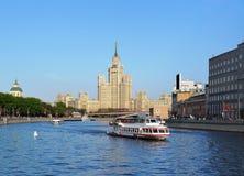Battello da diporto, centro urbano, fiume di Mosca Fotografie Stock