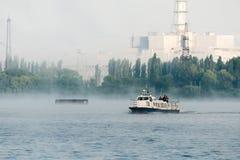 Battello da diporto che galleggia nella centrale elettrica del bacino idrico Immagine Stock