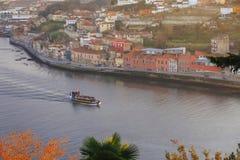 Battello da diporto che naviga il fiume del Duero a Oporto Immagini Stock