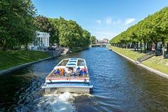 Battello da diporto nel vecchio centro di Sankt Pietroburgo Fotografia Stock Libera da Diritti