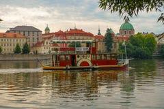 Battello da diporto sul fiume della Moldava, Praga, repubblica Ceca Fotografia Stock