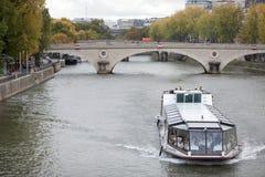 Battello da diporto sul fiume la Senna a Parigi Fotografie Stock Libere da Diritti