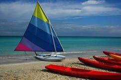 Battello pneumatico su una spiaggia Fotografia Stock Libera da Diritti