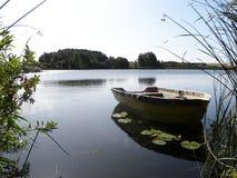 Battello pneumatico sul lago Immagini Stock