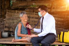 Battement de coeur de écoute de jeune docteur avec le stéthoscope Photo libre de droits