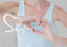 Battement de coeur au-dessus des mains tenant le coeur Images libres de droits
