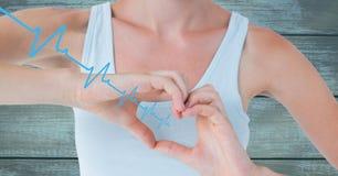 Battement de coeur au-dessus des mains tenant le coeur Photo stock