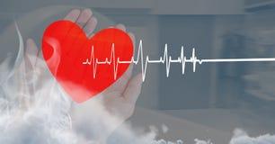 Battement de coeur au-dessus des mains tenant le coeur Photos stock