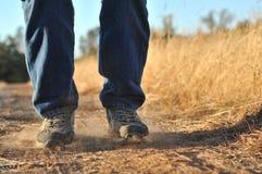 Battendo i piedi sulla sporcizia fotografia stock