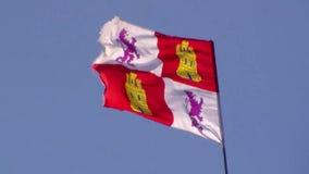 Battendo nel vento la bandiera di Leon sui precedenti del cielo blu video d archivio