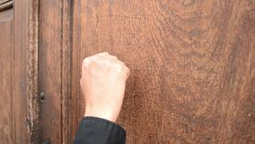 Battendo sulla porta di legno video d archivio