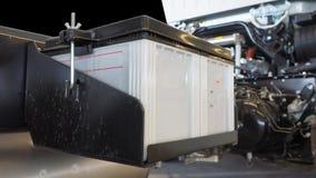 Batteri 12 volt 100 ampere stort format som installeras av lastbilen Fotografering för Bildbyråer