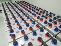 Batteribanklantgården 2000 ampere 2 volt för ups reserv- maktenergi med skydd Arkivfoton