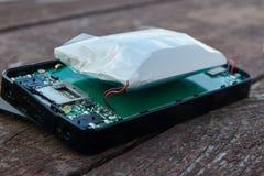 Batterie au lithium gonflée de téléphone Une raison d'une explosion d'un smartphone photos stock