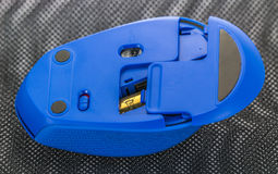 Batterie cambianti su un topo senza fili del computer Fotografia Stock Libera da Diritti