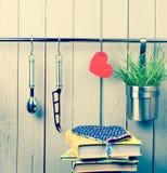 Batterie de cuisine rouge de coeur et de cuisine sur inoxydable Photos libres de droits