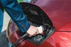 Batterie de remplissage d'homme d'une voiture électrique Photo libre de droits