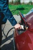 Batterie de remplissage d'homme d'une voiture électrique Image stock