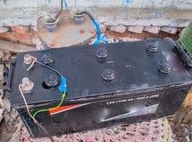 Batterie de tracteur, chargée à la maison, chargeur fait maison images stock