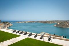 Batterie des canons faisant face au port à Malte Image stock